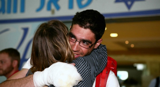 Israeli mountaineer Nadav Ben-Yehuda arrives back in Israel after the heroic rescue on Everest. Photo by Yehoshua Yosef/Flash90.