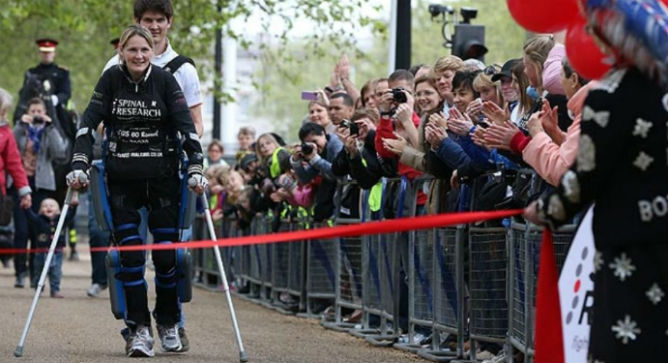 Claire Lomas approche de la fin du Marathon de Londres Virgin. Photo gracieuseté d'Argo Medical Technologies