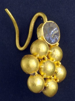 The earring: photograph – Clara Amit, courtesy of the Israel Antiquities Authority.
