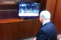 Prime Minister Binyamin Netanyahu watches Alice Schlesinger in action. (PMO)