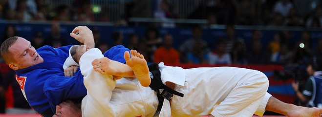 Germany's Dimitri Peters (blue) puts Israeli judoka Arik Zeevi in a headlock. (Olympics London 2012)