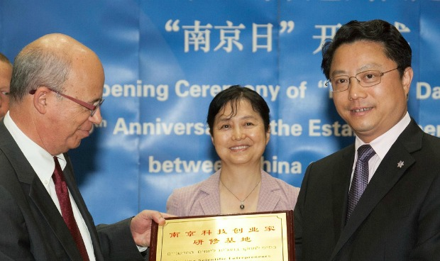 Tel Aviv University President Joseph Klafter shaking hands with Yang Weize, secretary of CPC Nanjing Municipal Committee, at Nanjing Day on the campus, May 21, 2012. Behind them is Chinese Ambassador to Israel Gao Yanping. Photo by Assaf Shilo/Israel Sun
