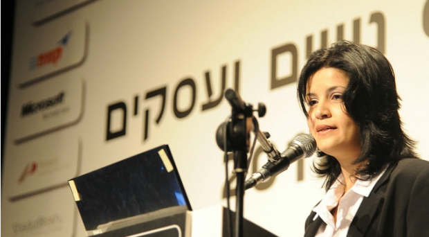 Metallo Therapy founder and CEO Amal Ayoub speaking at an Israeli conference on women in business.