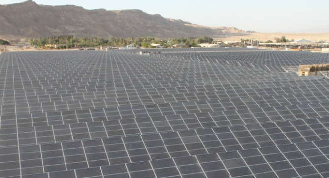 New Yorkers on the InnovatioNation tour learned about solar energy developments at Israel's Arava Power.