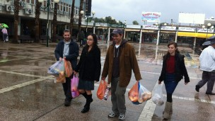 Gesher organization sent a group of people to help Ashdod businesses get back on their feet.
