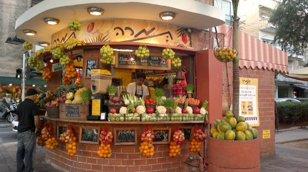 Tamara juice stand at the corner of Dizengoff and Gordon streets.