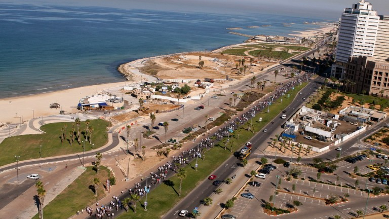 Thousands of runners soak in Tel Aviv's beautiful scenery during the annual marathon event. (Credit: Sian Sport)