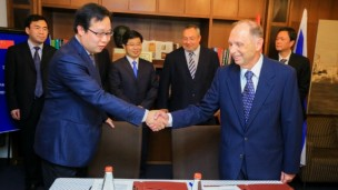 Changzhou Vice Mayor Fang Guoqiang signed a memorandum of understanding with Lexifone's Ike Sagie in Tel Aviv.