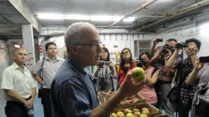 Amnon Lichter, head of the Department of Postharvest Science of Fresh Produce, talking to visiting reporters.