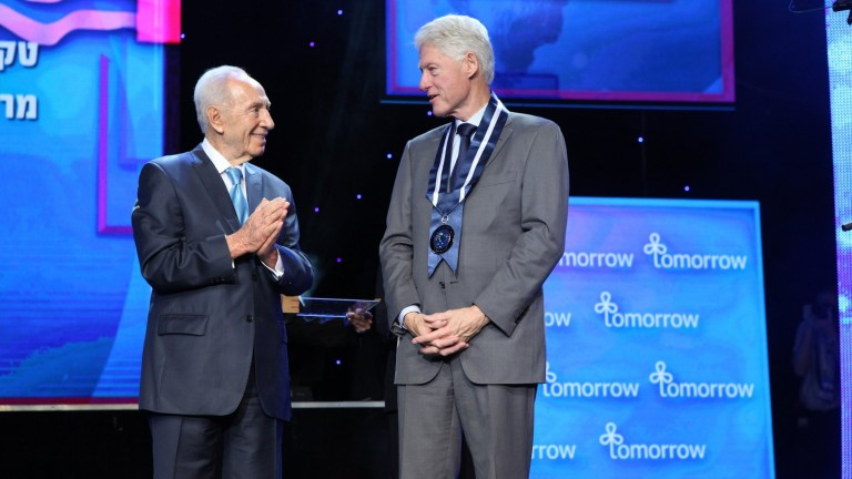 President Shimon Peres gives former US president Bill Clinton the Presidential Medal of Distinction. (Photo: Presidential Conference)