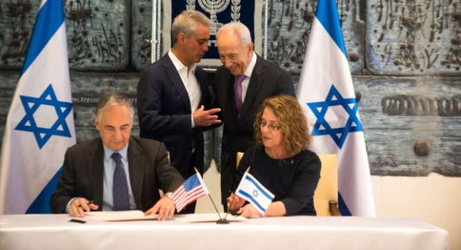 BGU President Prof. Rivka Carmi and UChicago President Prof. Robert Zimmer sign a water research agreement in the presence of President Shimon Peres of Israel and Chicago Mayor Rahm Emanuel on June 23, 2013. Photo by Dani Machlis/BGU