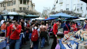 People visiting the Nachalat Binyamin market. Photo by Flash90.