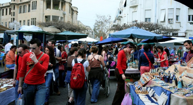 People visiting the Nachalat Binyamin market. Photo by Flash90.
