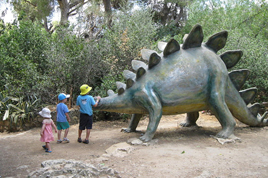 Dinosaur_in_yard_of_Nature_Museum,_Jerusalem_268x178