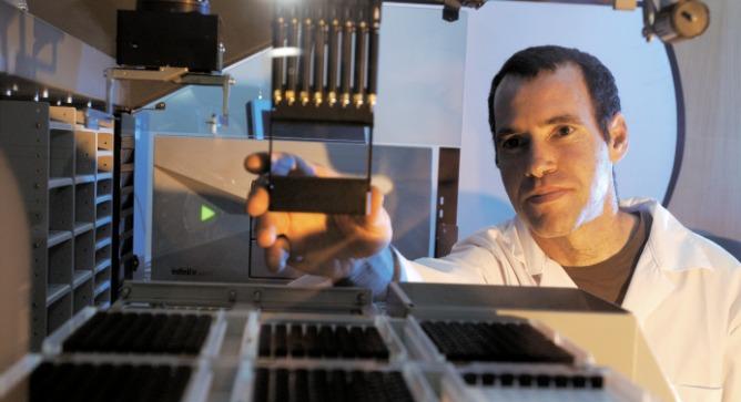 Prof. Amir Aharoni at work in his lab. Photo by Dani Machlis/BGU