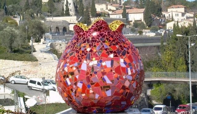 The pomegranate figures prominently in Israeli artworks, such as this mosaic in Jerusalem by Ruslan Sergeev.