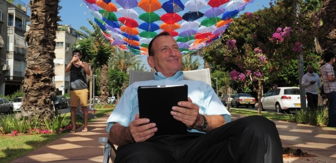 Mayor of Tel Aviv Ron Huldai: The city WiFi will enable the city's visitors and residents to enjoy free surfing throughout the city. (Kfir Sivan)