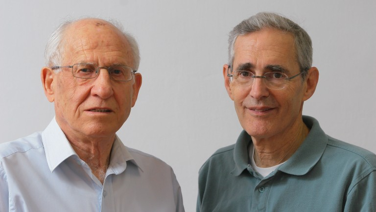 Biochemists Chaim Cedar and Aharon Razin. (Photo: Hezi Hojesta)