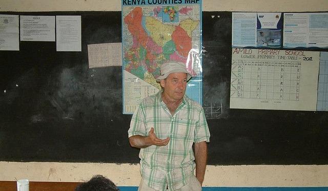 Amir Yechieli explaining the system in Kenya.