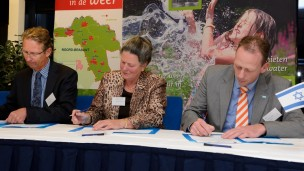 Erik van der Werf, from Holland's Ministry of Economics, Francien van de Ven, member of Aa and Maas executive board, and Michiel Adriaanse, from the Competence Center of Paper and Board, sign a collaboration agreement.