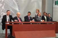 Mekorot CEO Shimon Ben Hamo and Israel's President Shimon Peres at the signing of a cooperation agreement in Mexico. (Courtesy of Mekorot Group)