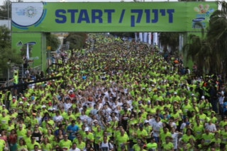 A record 40,000 runners take part in the Tel Aviv Marathon 2014. (Ronen Topelberg)