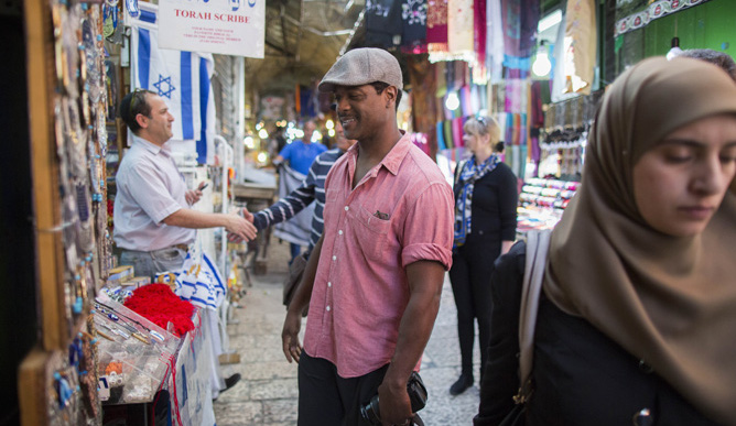 Blair Underwood checks out Jerusalem's Old City market. (Yonatan Zindel/Flash 90)
