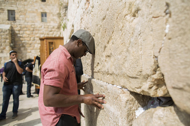 Actor Blair Underwood at the Kotel in Jerusalem. (Yonatan Zindel/Flash 90)