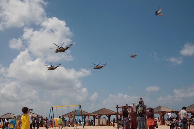 Tel Aviv beachgoers enjoying last year's IAF flyover. Photo by Sarah Schuman/Flash90
