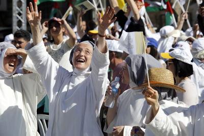 Nuns cheer as they wait for Pope Francis at an open-air mass in Bethlehem on May 25, 2014. (Sliman Khader/Flash90)