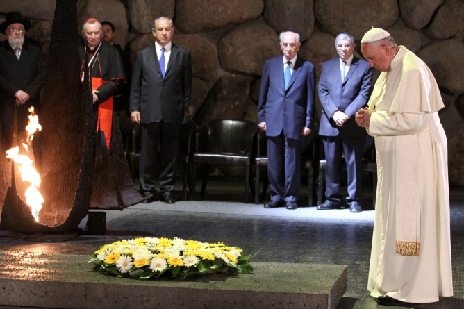 Pope Francis pauses after laying a wreath of flowers  in the Hall of Remembrance at the Yad Vashem Holocaust Memorial museum in Jerusalem on May 26, 2014. (Isaac Harari/FLASH90)