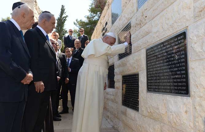 Israeli Prime Minister Benjamin Netanyahu and President Shimon Peres look on as Pope Francis reflects at a monument in honor of victims killed in terror acts, at the Mount Herzl military cemetery in Jerusalem on May 26, 2014.  (Avi Ohayon/GPO/FLASH90)