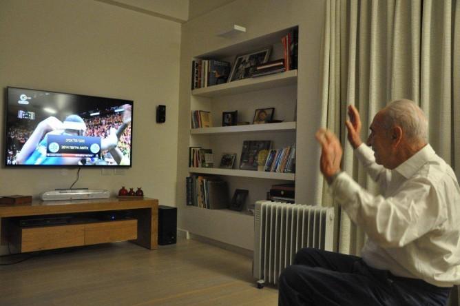 President Shimon Peres cheers on Macabbi Tel Aviv. (Shimon Peres Facebook page)