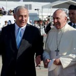 Prime Minister Benjamin Netanyahu walks with Pope Francis on the red carpet at a welcoming ceremony. (Avi Ohayon/GPO/Flash90)