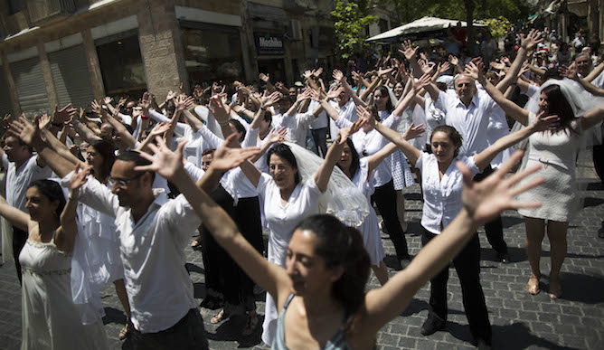"Israeli ""brides"" and ""grooms"" participating in a flash mob in Jerusalem. Photo by Yonatan Sindel/FLASH90"