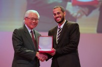 Singapore President Tony Tan Keng Yam congratulating Yossi Kabessa.