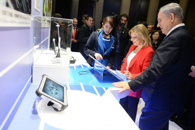 Prime Minister Benjamin Netanyahu and his wife, Sara, visit the Panasonic Development Center in Tokyo, during Netanyahu's official visit to Japan in May 2014. (Kobi Gideon/GPO/Flash 90)