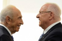 New President Reuven Rivlin speaks with outgoing president, Shimon Peres. (Photo by Haim Zach GPO/Flash90)