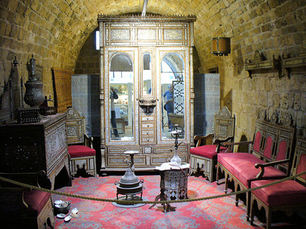 Old-Acre-Treasures-in-the-Walls-Museum_sitting-room