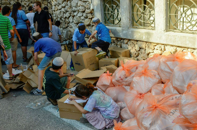 Non profit organization Thank Israeli Soldiers holds a care package event in Jerusalem. Photo by Flash90.