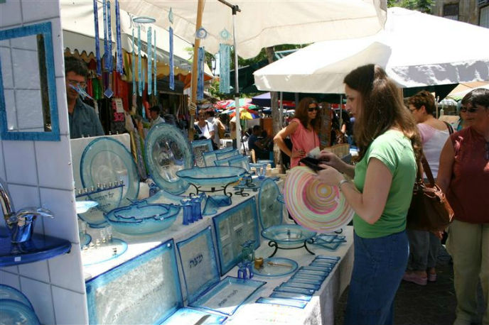 Browsers at Nahalat Binyamin Arts & Crafts Fair. Photo courtesy Israel Tourism Ministry.