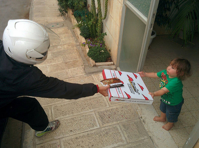 Free pizza delivery in Jerusalem to the child of a reserve soldier. Photo courtesy of Jerusalemite Movement.