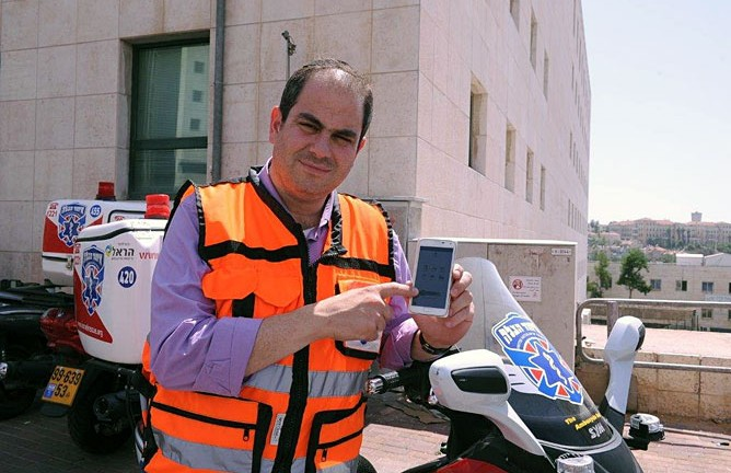 United Hatzalah President Eli Beer demonstrating the SOS app. Photo by Moshe Assulin