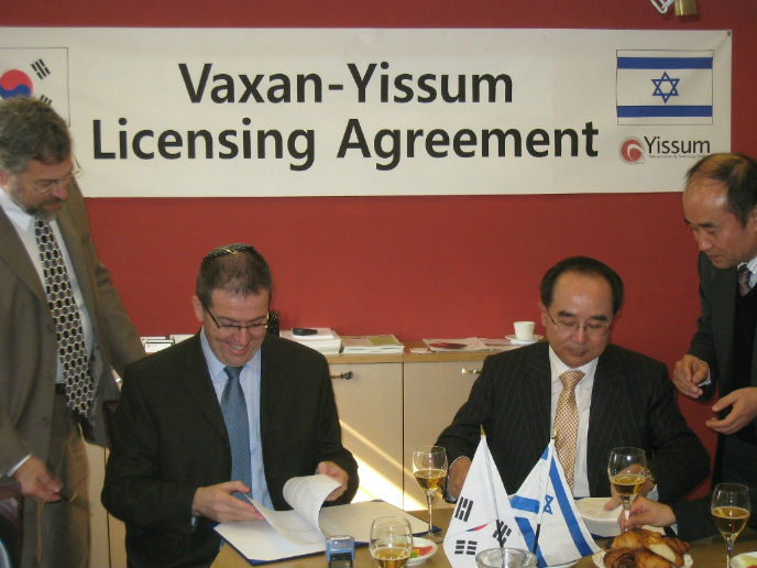 Yaacov Michlin, left, signing a 2011 agreement with Vaxan Steel of Korea for nano-ink development.