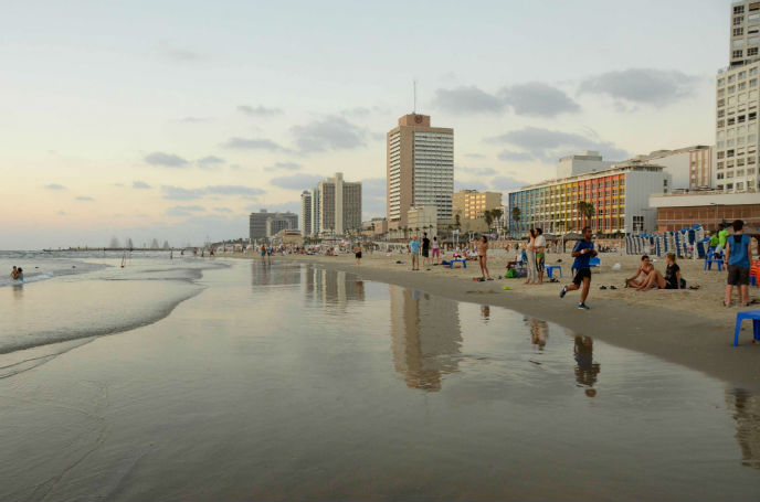 Israelis and tourists enjoy the beaches of Tel Aviv on July 26, 2014, as the country entered its 19th day of Operation Protective Edge. Photo by Zoe Vayer/FLASH90.