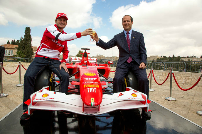 Italian racing driver Giancarlo Fisichella with Jerusalem Mayor Nir Barkat at last year's inaugural Formula One. (Noam Finer)