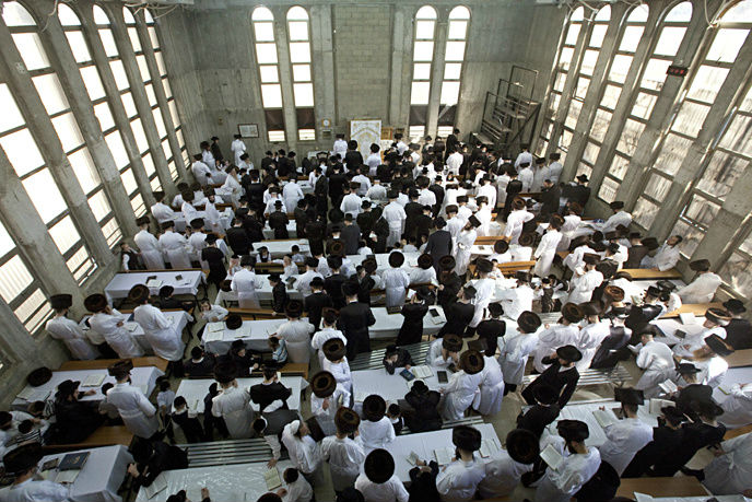 Yom Kippur prayers at a synagogue in Beit Shemesh. (Dror Garti/Flash90)