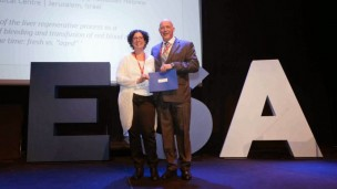 Rinat Abramovitch receiving her grant from Prof. Andreas Hoeft in May 2014 at the 10th annual Euroanesthesia Congress in Stockholm.
