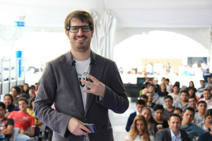 Moshe Hogeg presenting Mobli. Photo courtesy of Holatelcel