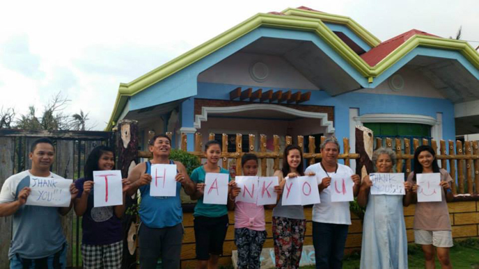 Residents of Can-Avid in the Philippines hold up a 'thank you' note for IsraAID relief workers. (IsraAID)
